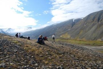 Spitsbergen - trekking przez tundrę w Arktyce